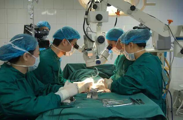 男科专家田龙博士与我院张红英医生一起进行输精管显微外科吻合术