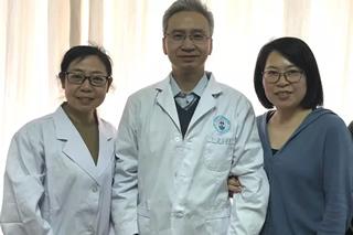 欧良英(左)、金凤平(右)和著名保胎医生北京大学第三医院刘湘源教授合影