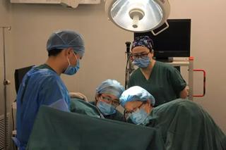 张永华教授和我院专家为患者进行尿道中段悬吊术