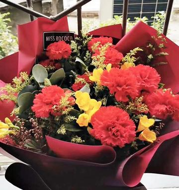 范女士夫妇赠与左玉芳医生的鲜花