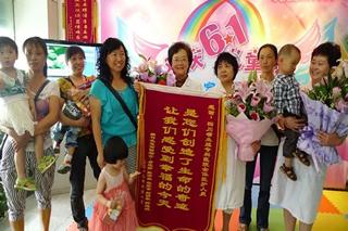 2012年张清燕与同村的几位再生育妈妈一起来院参加儿童节活动